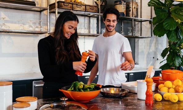 Bild på leende par i kök