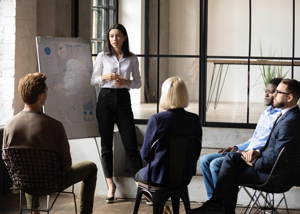 Bild på en föreläsare med mindre pubilk Illusterar ledarskap